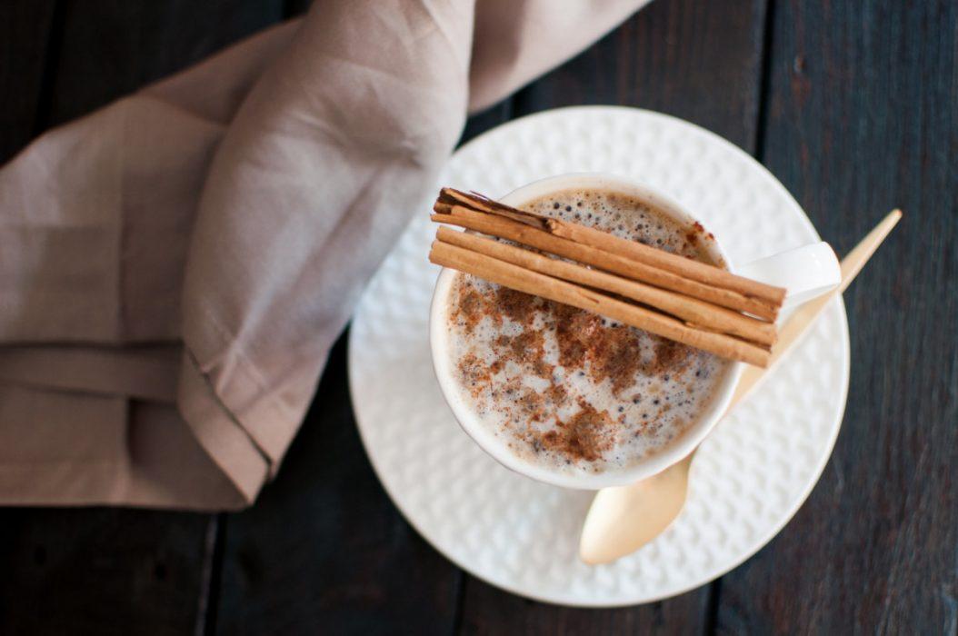 por qué beber café con canela